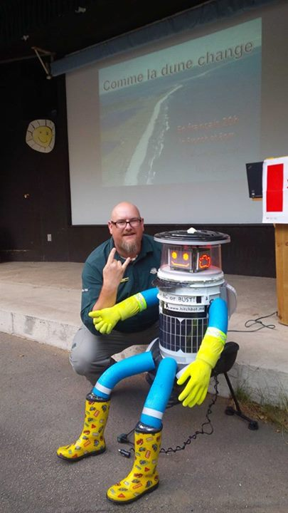 Another fan with Hitchbot.